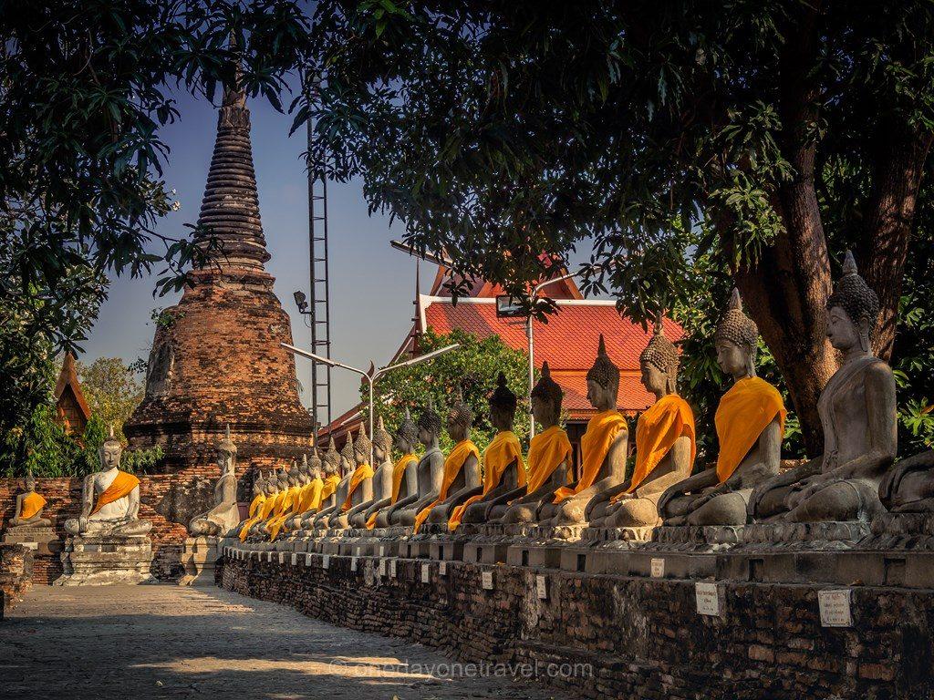 Ayutthaya rangée de bouddhas