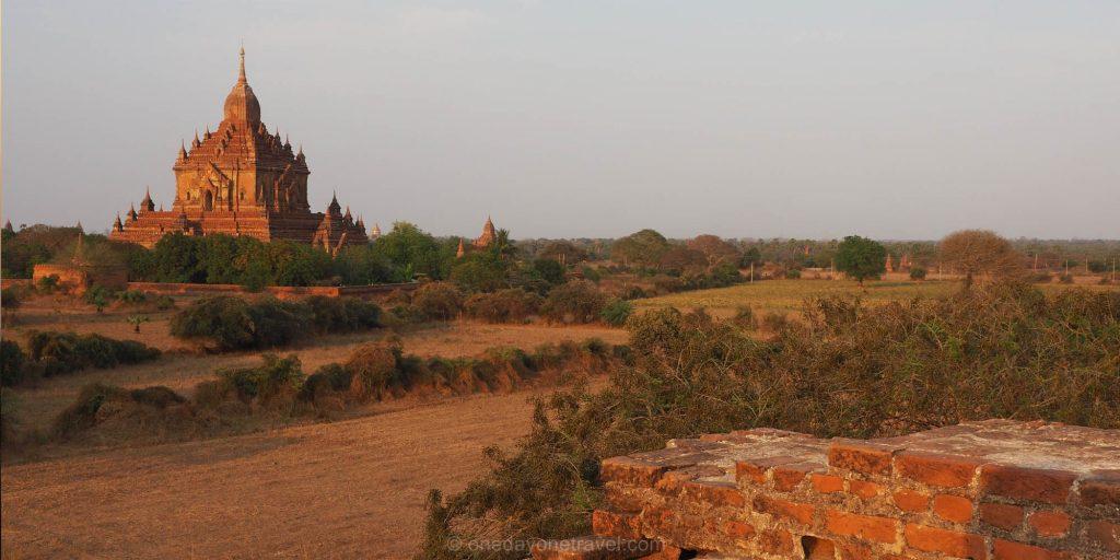 Bagan et ses pagodes au coucher du soleil