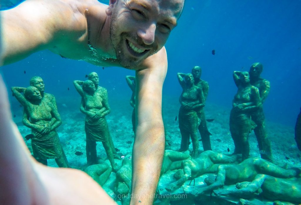 snorkeling Richard Gili Meno statue