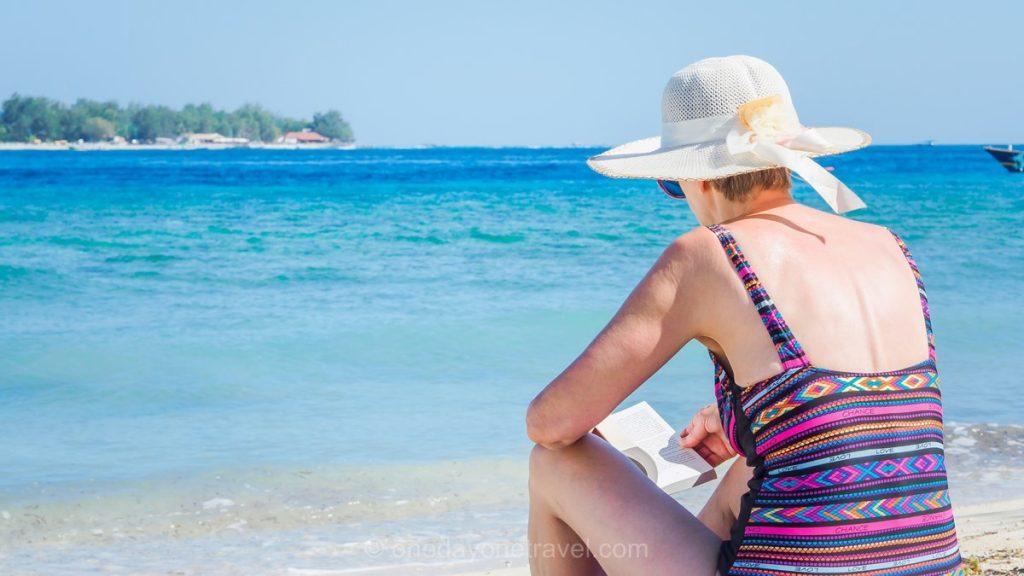 Voyager à bali et en Indonésie plage lecture