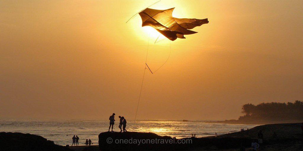 Cerf-volant en bord de mer à Canggu Bali au coucher du soleil
