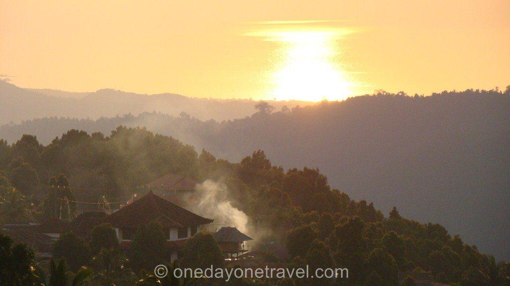 Munduk Bali avec le reflet du coucher du soleil sur l'océan Indien