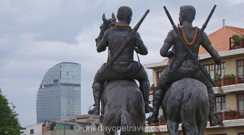 Phnom Penh Bord de fleuve statues