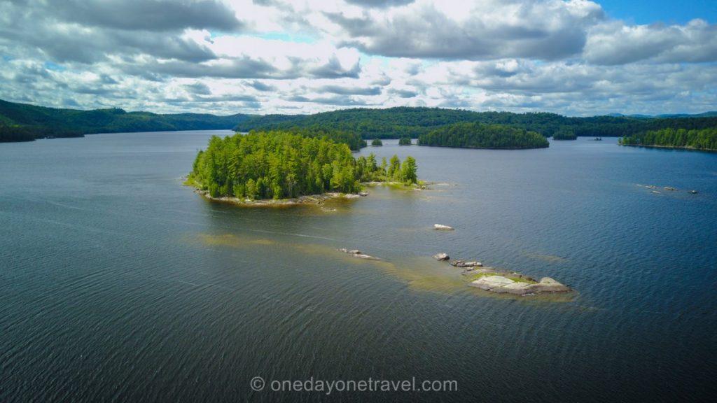 lac du Poisson Blanc Laurentides ile déserte drone