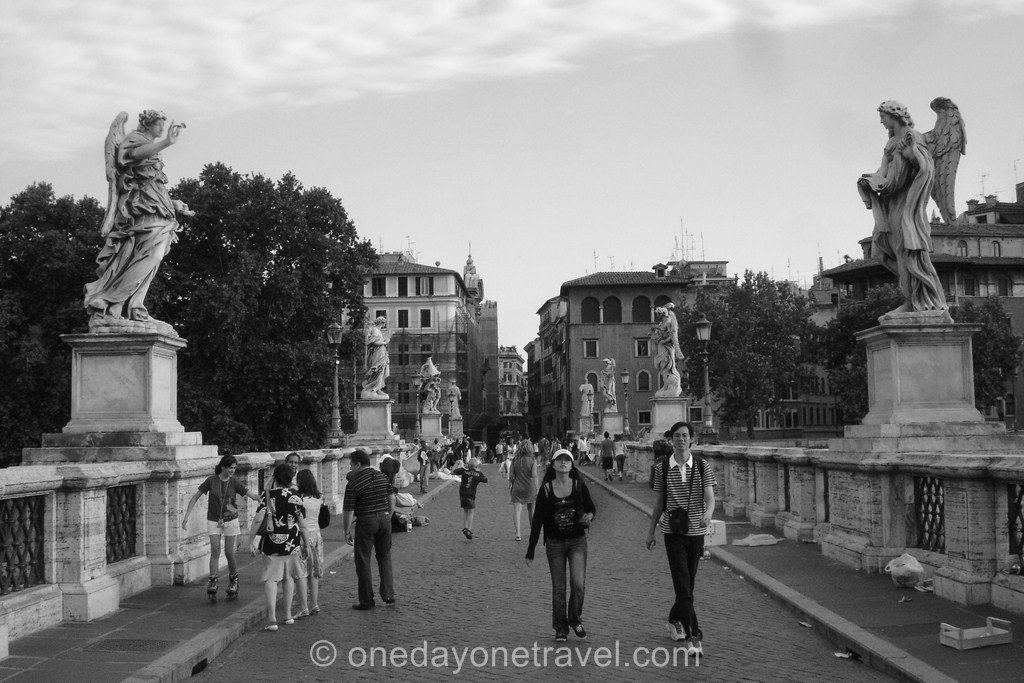 Sur le pont Saint-Ange à Rome