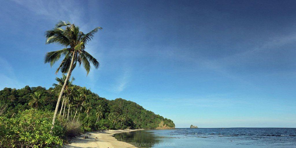 Tumbak ile deserte plage paradisiaque Célèbes