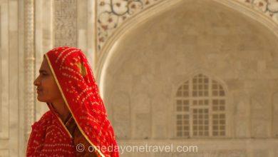 indienne devant Taj Mahal agra