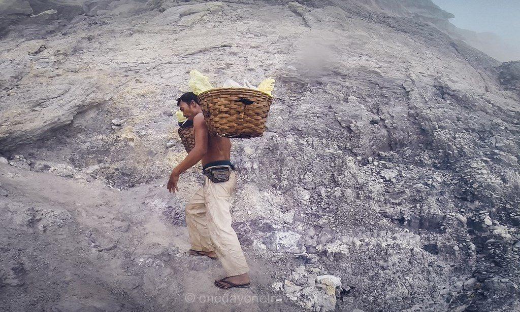 Java porteur de souffre Volcan Kawah Ijen Indonésie