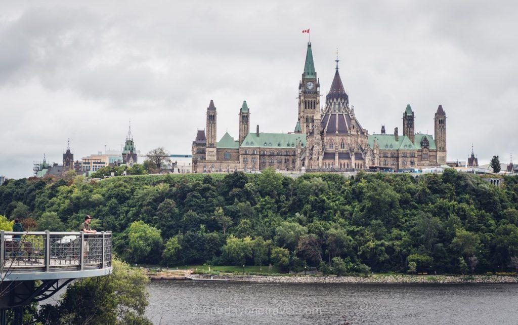 Vue sur colline du parlement depuis Pont Alexandra