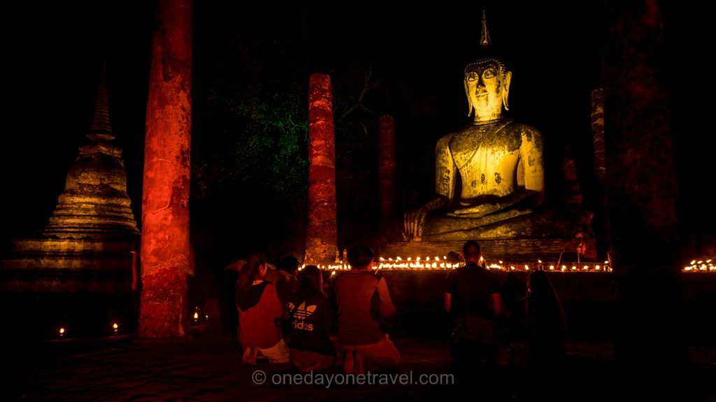 Sukhothai temple bouddha nuit prières