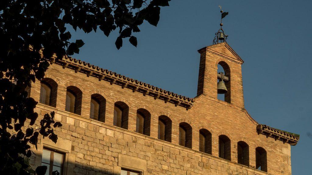Visiter le quartier du raval Barcelone église sunset