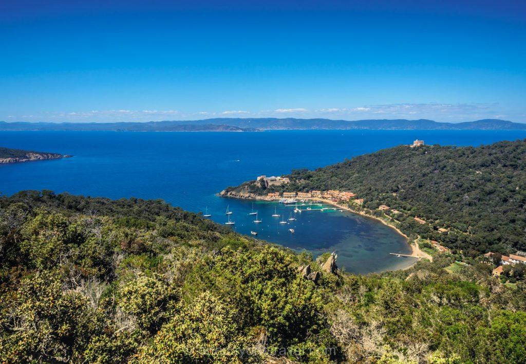 Vue sur Port Cros depuis le Mont Vinaigre ïles d'Hyères blog voyage