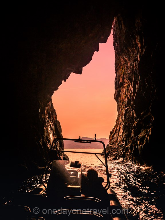 Excursion vers les Calanques de Piana avec PortoLinea grotte en forme de Corse
