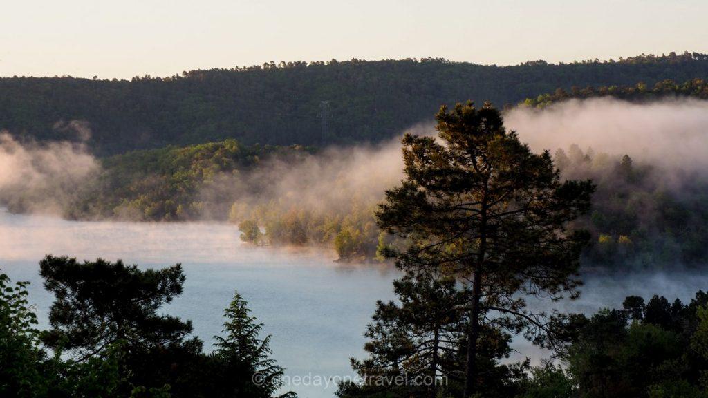 Lac de Saint-Cassien au lever du jour
