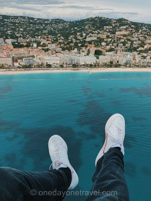 Cannes et La Croisette vue du ciel en hélicoptère