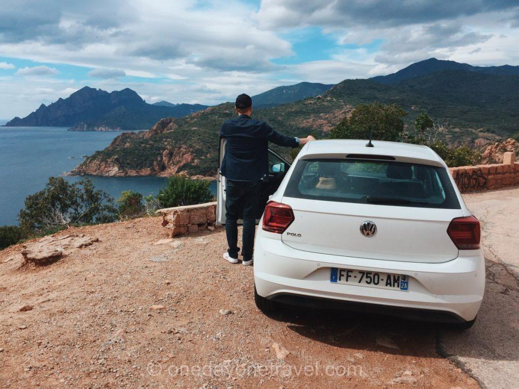 Conducteur de voiture qui admire les Calanques de Piana depuis le bord de la route