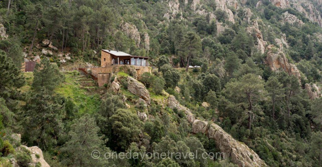 Restaurant les Roches Bleues à flanc de falaise sur la route de Piana en Ouest Corsica
