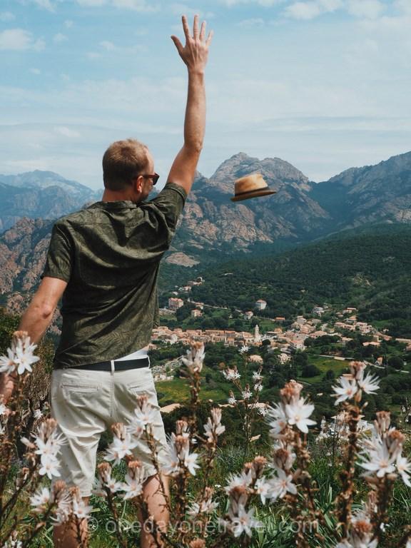 Le Printemps en Ouest Corsica Richard lance son chapeau dan sle maquis corse