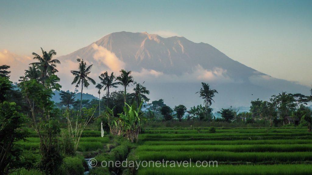 Village authentique de Sidemen Bali et vue sur le volcan Agung