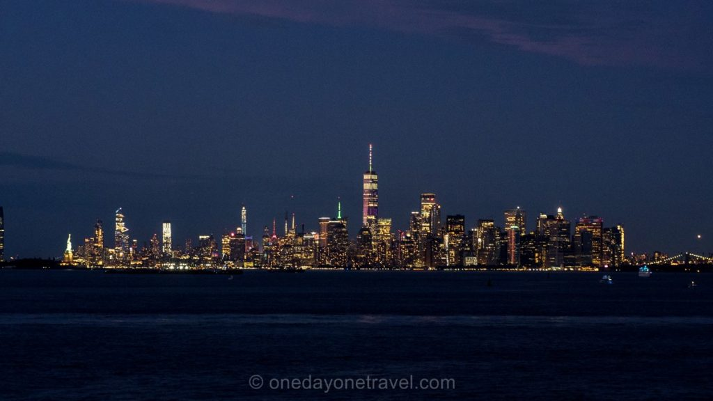 Skyline de New York de nuit depuis le ferry de Staten island
