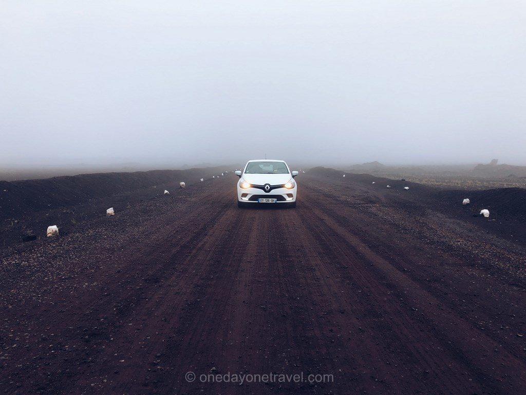En voiture de location avec BSP Auto dans la plaine des sables au piton de la Fournaise dans le brouillard.