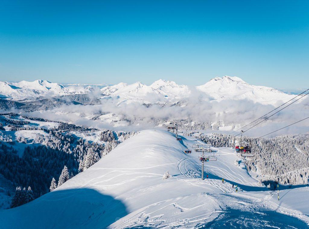 Vue sur le domaine skiable de Morzine depuis les sommets enneigés