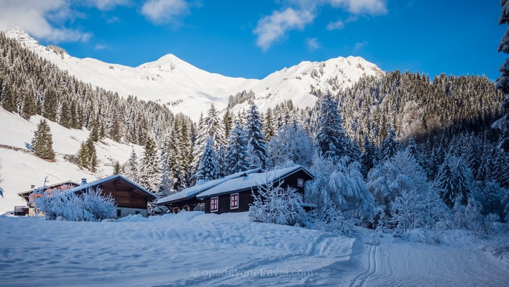 Chalets typiques de Morzine sous la neige et itinéraire raquettes