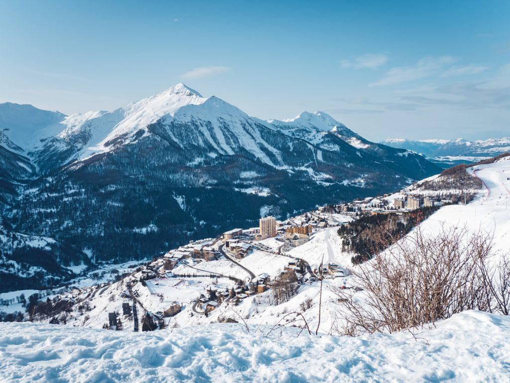 Vue sur la station d'Orcières en hiver depuis le plateau de Rocherousse