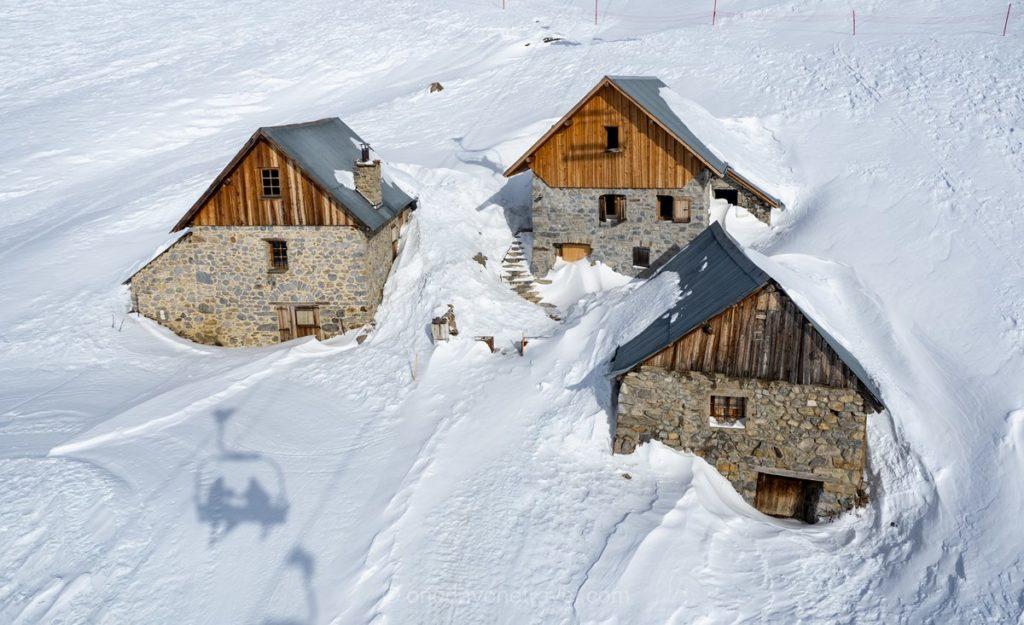Chalets typiques d'Orcières sous la neige