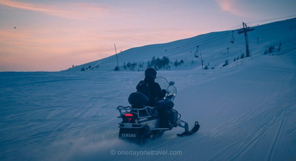 En motoneige sur le domaine skiable d'Orcières en fin de journée
