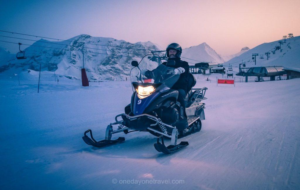 Richard du blog voyage OneDayOneTravel en motoneige à Orcières