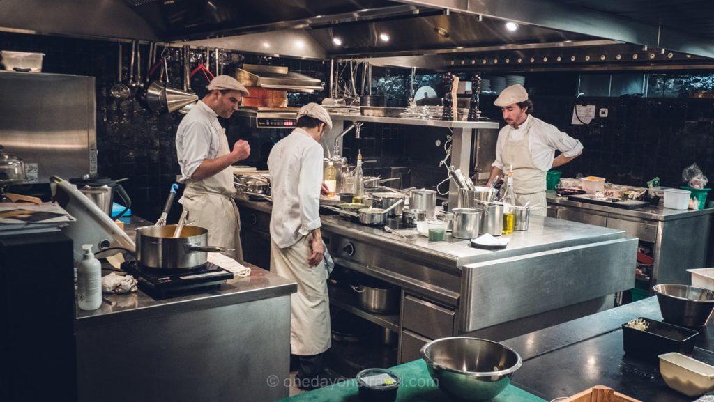 Cuisine ouverte du restaurant La Cordée à Verbier