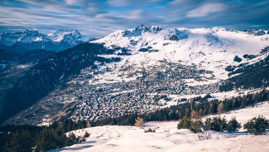Vue sur la station de ski de Verbier depuis le domaine skiable