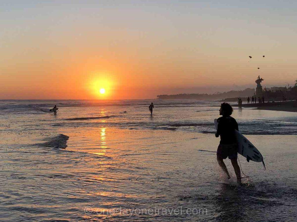 Coucher de soleil sur la plage à Canggu Bali