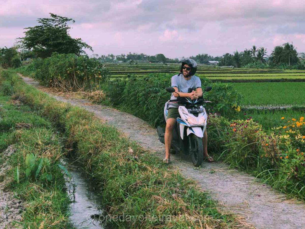 Richard du blog voyage OneDayOneTravel en scooter dans les rizières aux alentours de Tanah Lot