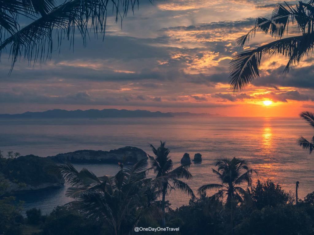 Vue à couper sur l'océan et Lombok depuis Nusa Penida - Raja Lima resort au lever du soleil
