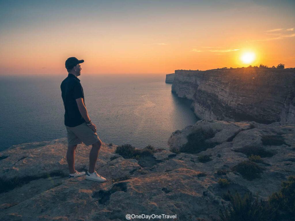 Coucher de soleil sur les falaises abruptes de l'île de Gozo - Conseils pour visiter Malte
