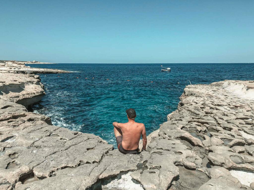 Côte maltaise idéale pour bronzer, nager et plonger à l'écart de St Peter's pool