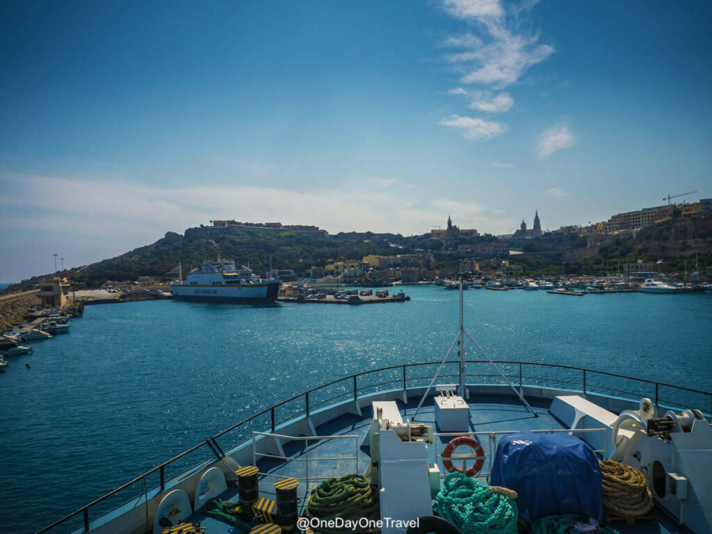 Arrivée sur Gozo depuis Malte en ferry : Visiter Malte pour la première fois - Conseils du blog voyage OneDayOneTravel