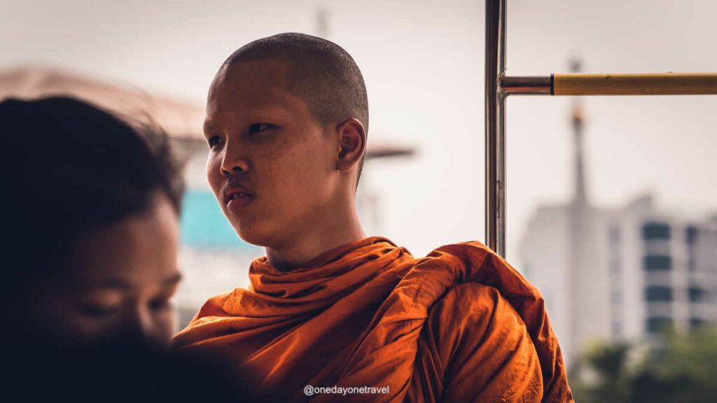 Moine bouddhiste bonze à Bangkok insolite - Blog voyage OneDayOneTravel Thaïlande