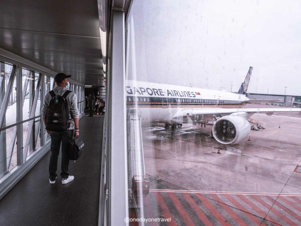 Avion de la compagnie aérienne Singapour Airlines sur le tarmac de l'aéroport Paris Charles de Gaulle CDG en partance pour Jakarta sur Java en Indonésie